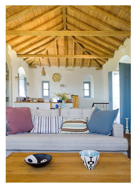 casa de praia com teto de madeira aparente. decorada em azul e branco