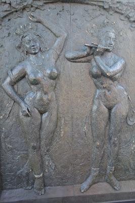 鋼鉄山門扉に裸婦のレリーフ