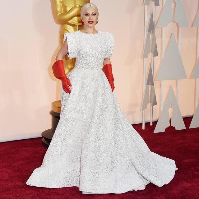 Lady Gaga usa luvas 'de limpeza' no Oscar 2015