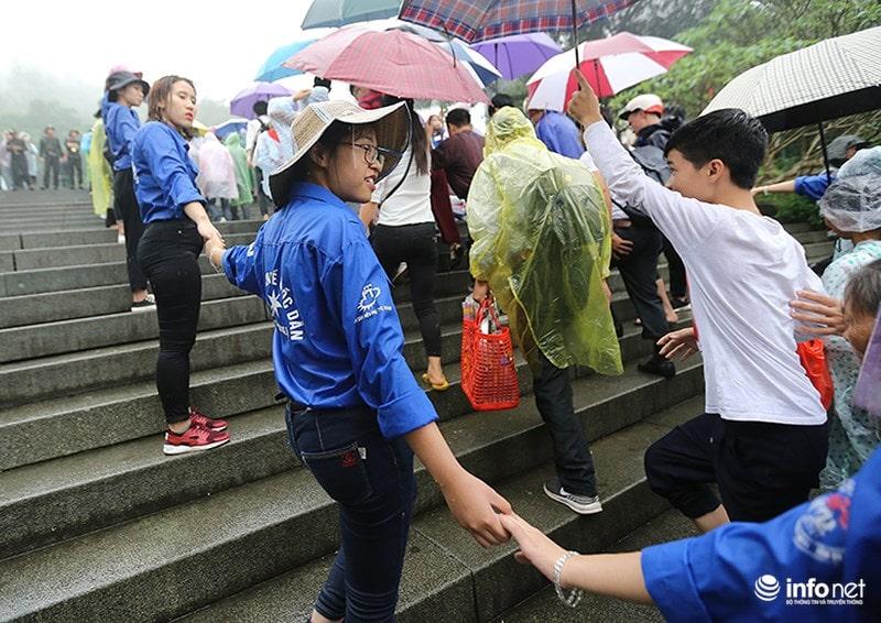 Chùm ảnh lực lượng tình nguyện đội mưa làm hàng rào tại Đền Hùng - Ảnh 5