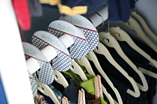 organizadores de ropa para el colegio de lunes a viernes ideas diy armarios cajoneras separados perchas bolsas estanterías | MyBasaDiy