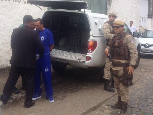 Preso com quase 300 kg de drogas, vereador toma posse algemado na Bahia