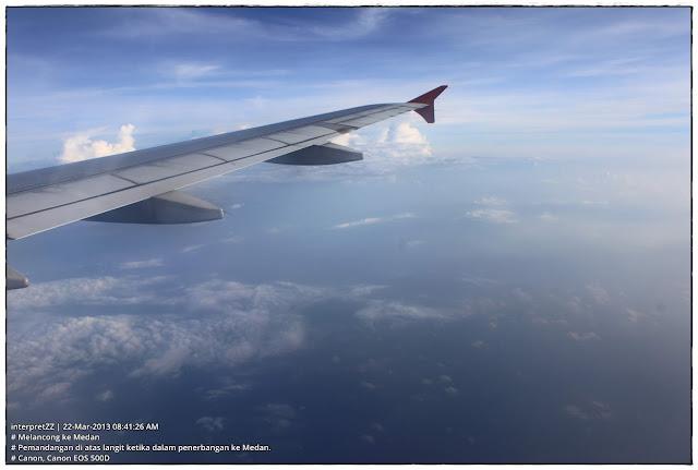 gambar sayap kapal terbang membelah awan
