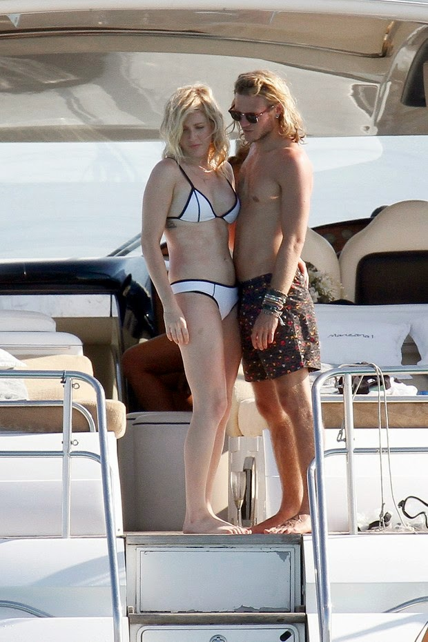 Ellie Goulding exchange caresses with her boyfriend on yacht