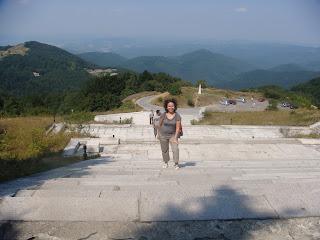 Şipka anıtına çıkarken, arkadan Eski Balkan manzarası