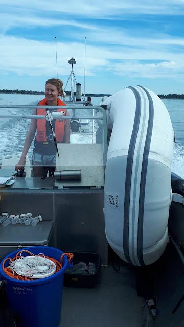 Kumivene ja kuski isommassa veneessä.