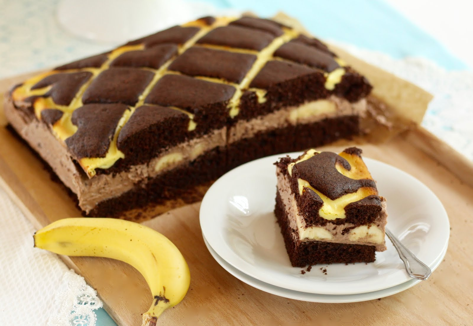 Schoko-Steppdeckenkuchen mit Puddingbuttercreme und frischen Bananen | Rezept und Video