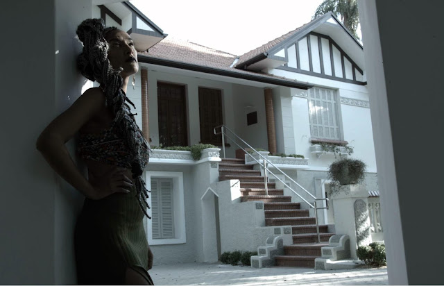 Yzalú grava videoclipe tematico com beijo Lesbico
