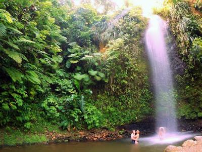 Couple devant une chute d'eau