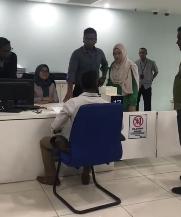 """""""Seorang rakyat Malaysia hilang sabar di sebuah pejabat kerajaan apabila  dia menunggu dari 10 pagi hingga 2 petang dan ketika ke kaunter 53fa346a80"""