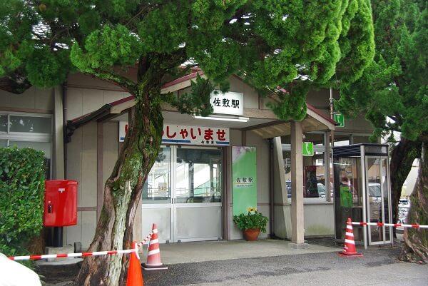 自動運転車が佐敷駅に到着した写真です