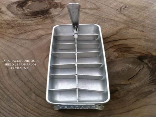 Antigua cubetera de metal para el hielo