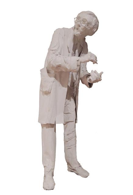 escultura al yeso de Francesc Anglès hombre en traje y corbata escribiendo