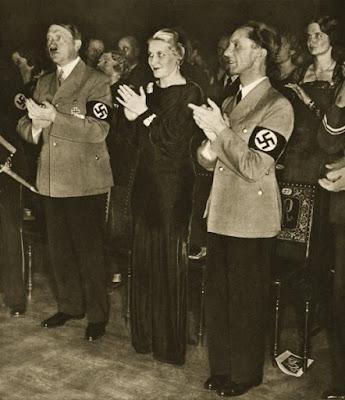 Magda y Joseph Goebbels con Adolf Hitler en un acto del partido nazi