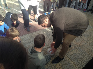 Ο Δημήτρης κάνει με τα παιδιά βιωματικό με μάσκες και μπάλα για ποδόσφαιρο τυφλών