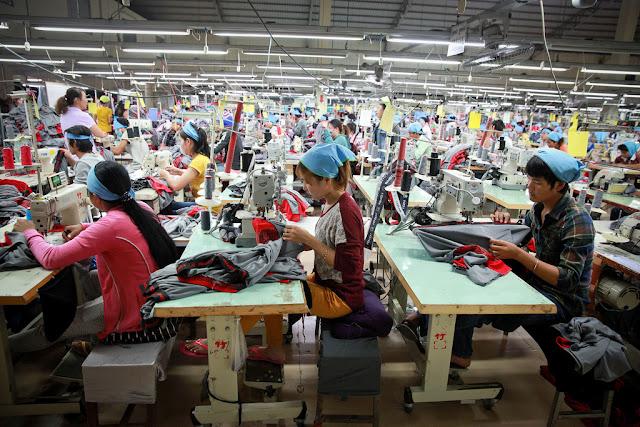 Ouvrières du textile à Phnom Penh. Photographie par ILO (CC)