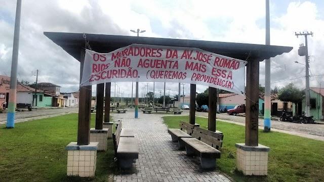 Moradores da José Romão Rios fazem faixa e abaixo assinado em protesto contra falta de iluminação