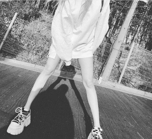 Hyuna bacaklarının fotoğrafını paylaştı