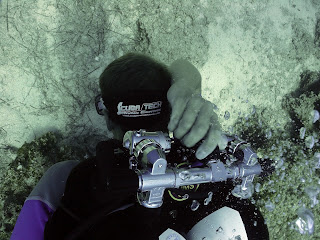 technical diver closes the manifold to shut down cylinders