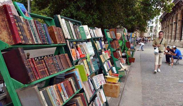 Venta de libros en la Plaza de Armas en la Habana Vieja