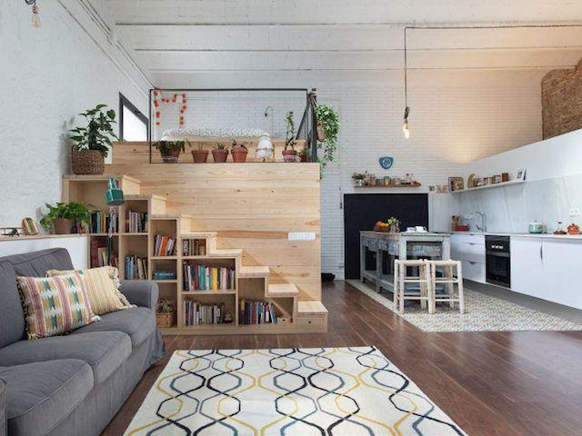 cama elevada sobre estructura de madera de pino
