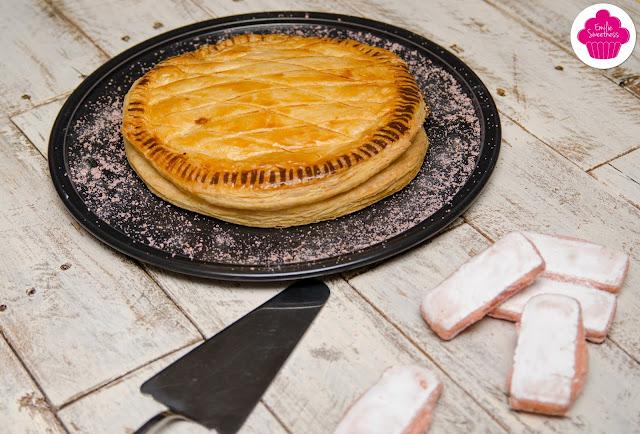 Galette frangipane et poudre de biscuits roses