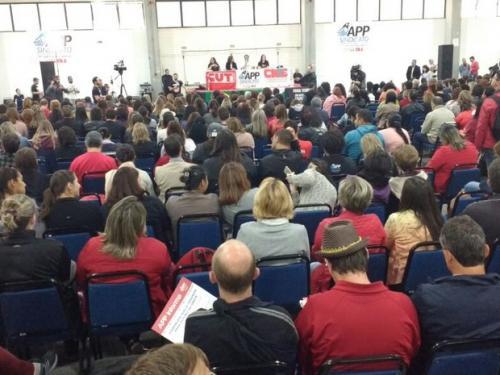 Com apenas cinco votos de diferença, professores paranaenses decidem continuar em greve