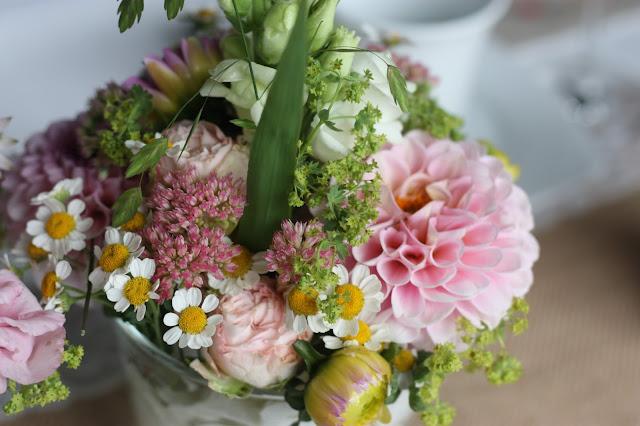 Tischblumen in Pastell, Hochzeitsmotto aus M wird M, Pastell und Vintage im Riessersee Hotel Garmisch-Partenkirchen, Bayern
