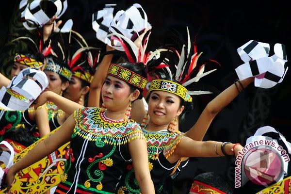seni tari dayak adalah kesenian tradisional masyarakat dayak yang berhubungan dengan latar belakang budaya masih terpelihara di antara sub suku