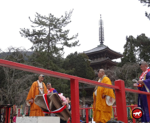 homme au concours de mochi au temple Daigo-ji de Kyoto