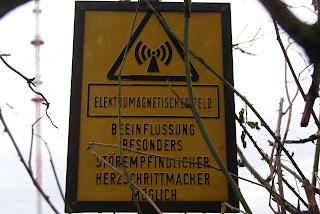 Ein gelbes Warnschild, auf dem vor elektromagnetischen Feldern gewarnt wird