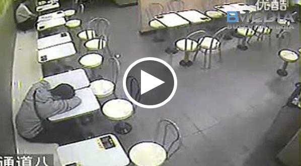 CCTV rakam kejadian yang menakut kan!! Lihat saat 0:12, Apa benda tu???