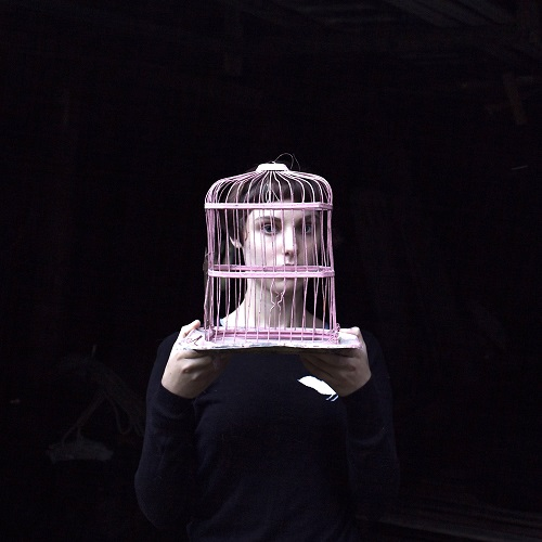 "imagenes de arte, retrato, fotos cool, por Cig Harvey - ""Sadie & The Birdcage"", 2013."