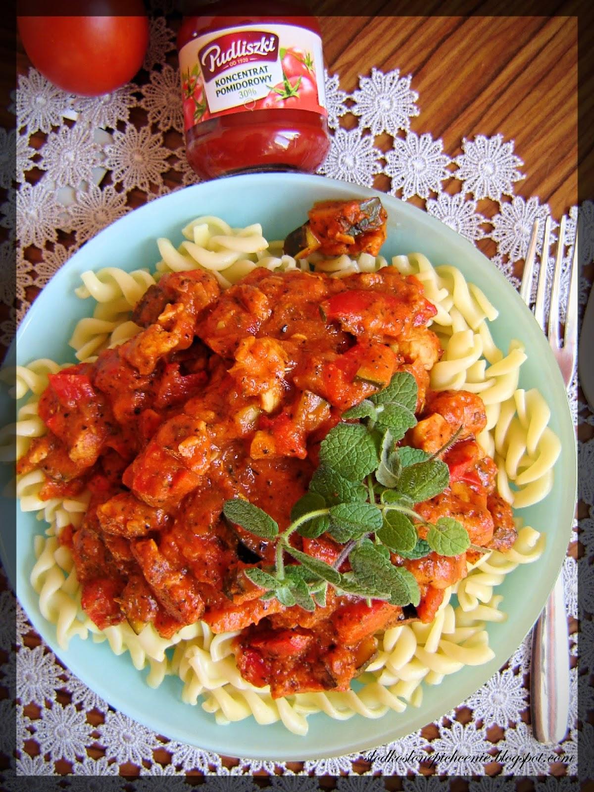 Makaron z kurczakiem i sosem paprykowo-pomidorowym