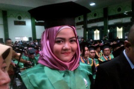 Muslimah Ini Raih Gelar Dokter Termuda di Indonesia, Usia 17 Tahun!