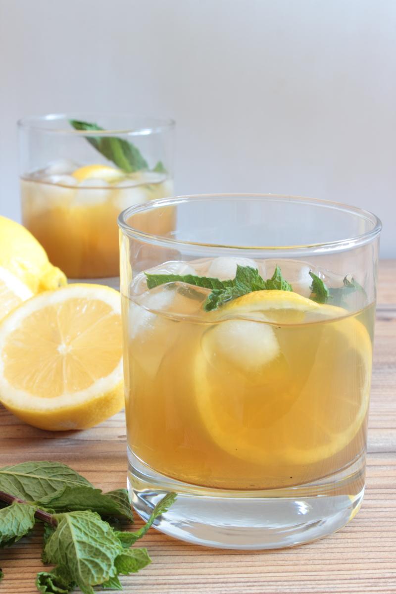Té helado con limón y menta
