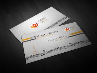 Üzerinde siyah ve turuncu çizgilerle altında bir Eyfel kulesi çizimi olan beyaz kartvizit