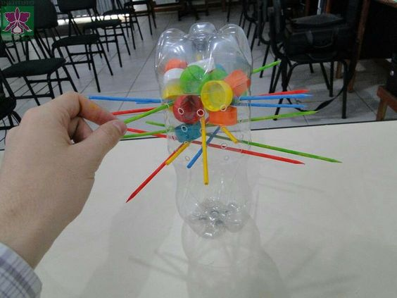 15 juguetes geniales hechos con material reciclado m s - Mesas para ninos de plastico ...