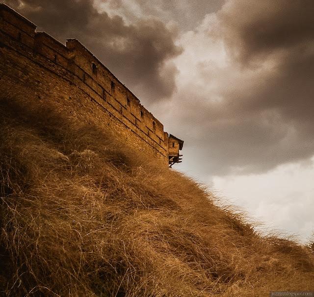 Неприступные стены замка на холме