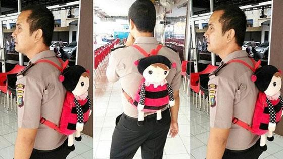 Foto Polisi Gendong Tas Imut ini Jadi Viral di Media Sosial