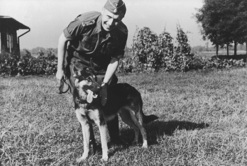 El oficial de las SS Karl Höcker acaricia a su perro