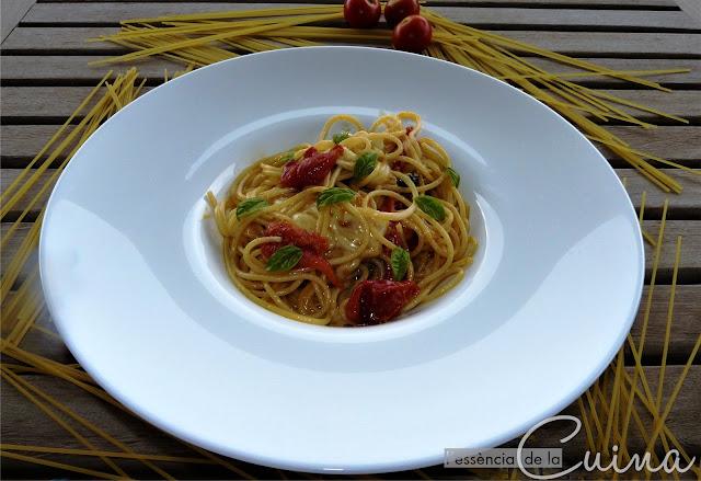 Espagueti, espaguetti, spaguetti, spaghetti, pasta, xerries, pasta facil, l'essència de la cuina, blog de cuina de la Sonia, mozzarella, alfabrega, albahaca,
