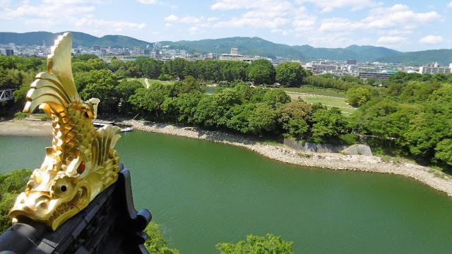 岡山城の場内展望台から見たシャチホコと後楽園