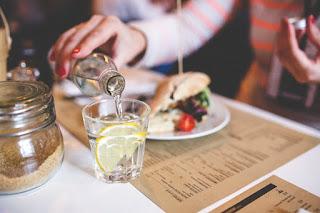 هل شرب الماء أثناء الأكل يضر بالهضم؟الاجابة عكس ما تتوقع !!!