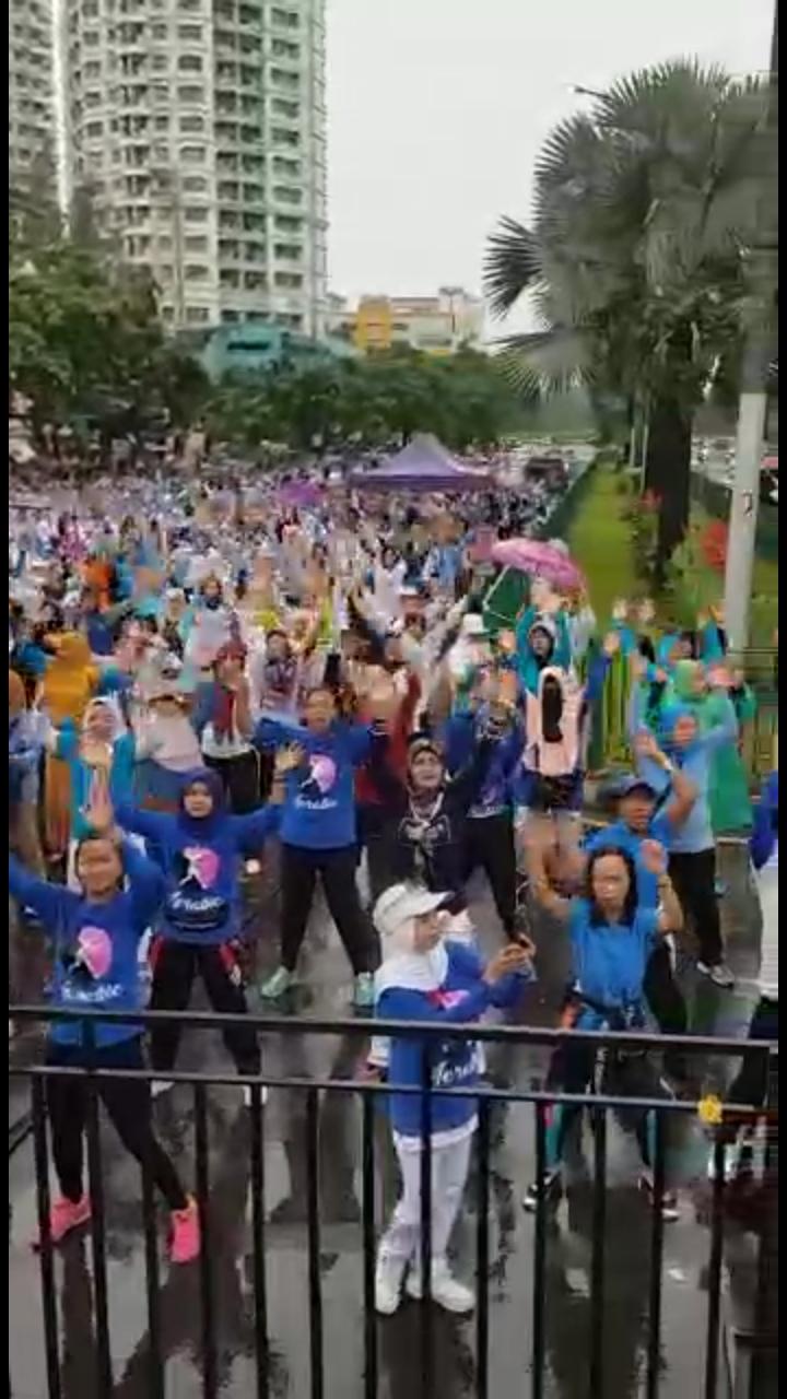 Terjang Hujan Lebat, Senam Emak-Emak Kemayoran Guncang Istana