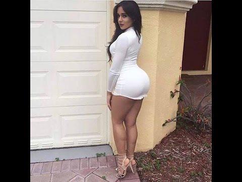 79 mujer delgada con buenas piernas en una falda apretada 7