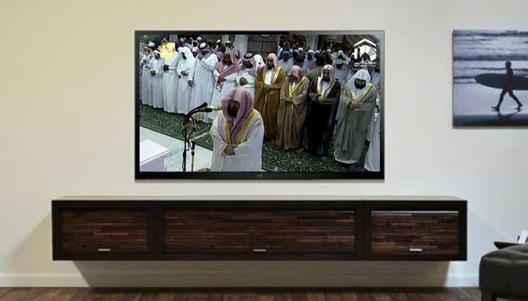 Makmum mengikuti imam di TV