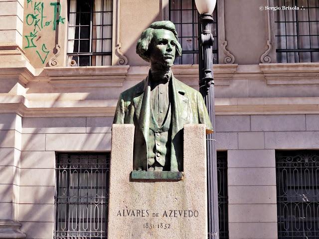 Close-up da Escultura Alvares de Azevedo - Largo de São Francisco - Centro - São Paulo