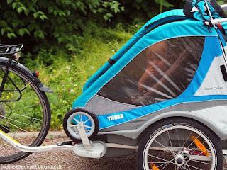 Fahrradtour mit Baby und Kleinkind: Kleinkind im Fahrradanhänger