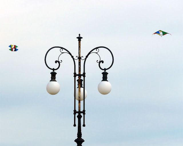 Lamp post and kites, Terrazza Mascagni, Livorno